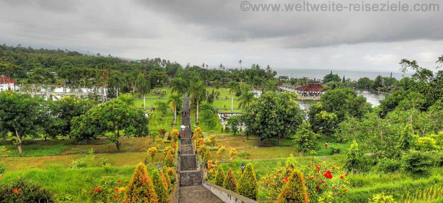 Treppe oberhalb vom Wasserpalast Puri Taman Ujung, Ostbali