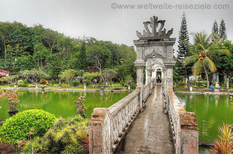 Brücke Wasserpalast Puri Taman Ujung, Bali Osten
