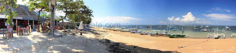 Panorama vom Strand von Sanur mit Restaurants und Fischerbooten