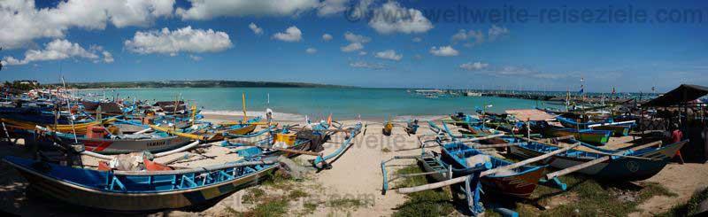 Panoramabild vom Strand von Kendogan mit vielen Fischerbooten, Bali