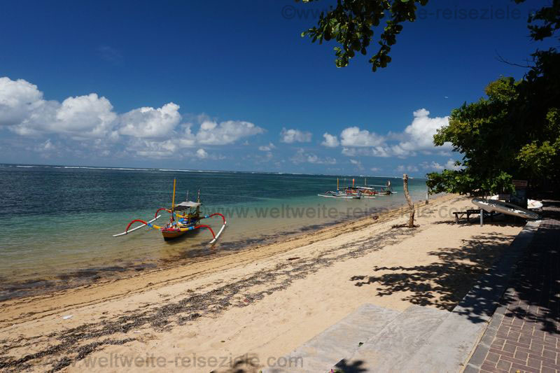 Fischerboot am Strand von Sanur