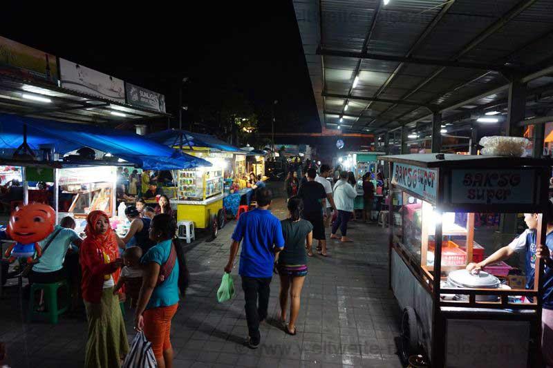 Stände am Nachtmarkt von Sanur, Bali