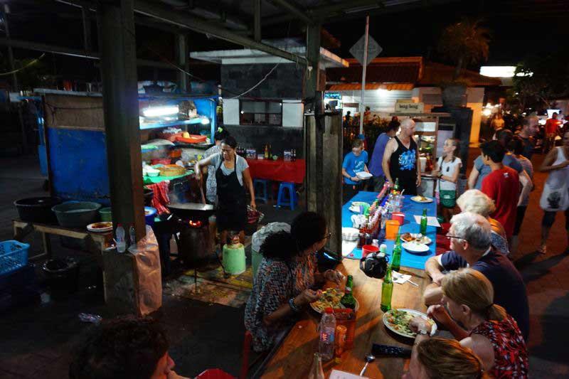 Essen am Essensstand Nachtmarkt von Sanur