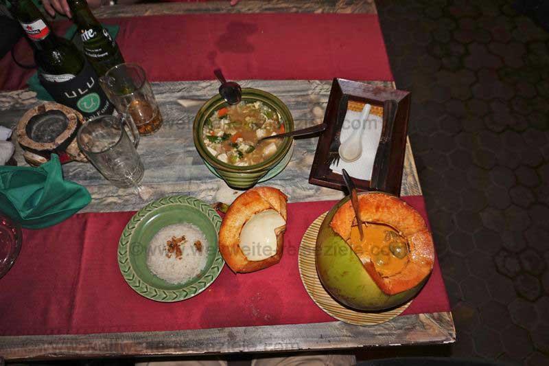 Abendessen mit Kokoscurry und Gemüse in einem Restaurant in Sanur