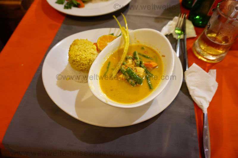 Gelbes Hühner Curry mit gelbem Reis, Restaurant, Padang Bai