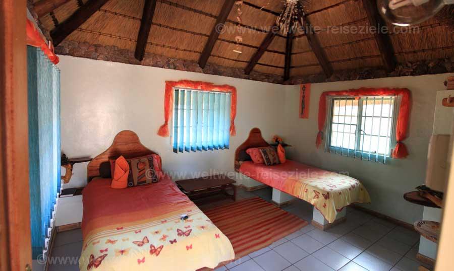 Schlafbereich mit Betten Otjitotongwe Cheetah Guest Farm