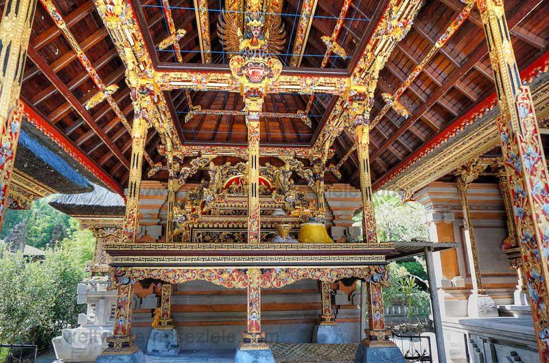 Tempel in Gold und bunten Farben vom Quellheiligtum Pura Tirta Empul