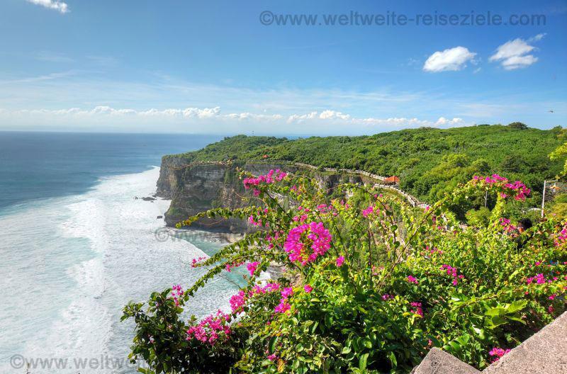 Klippen und Mauer beim Tempel Uluwatu im Süden von Bali