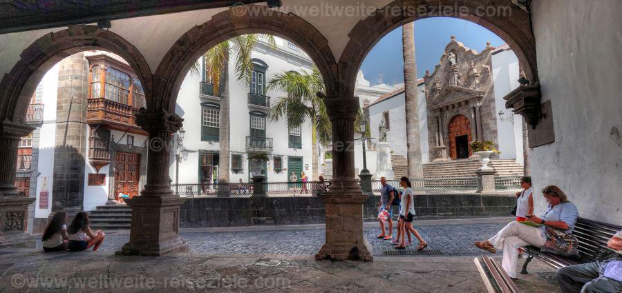 Blick von den Bögen beim Rathaus von Santa Cruz zur Plaza de España, La Palma