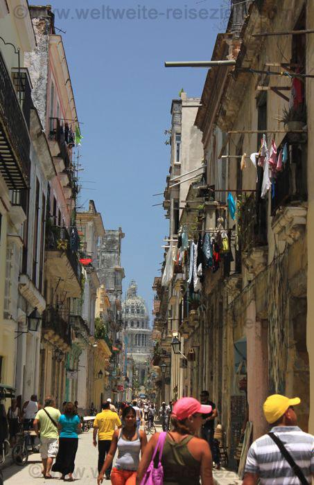 Strasse mit Blick auf das Kapitol von Havanna