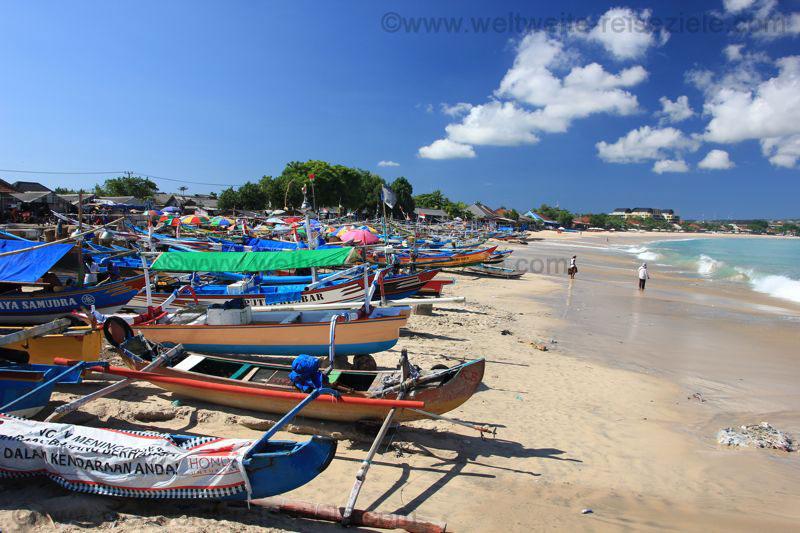 Bunte Fischerboote am Strand von Kendogan vor dem Fischmarkt