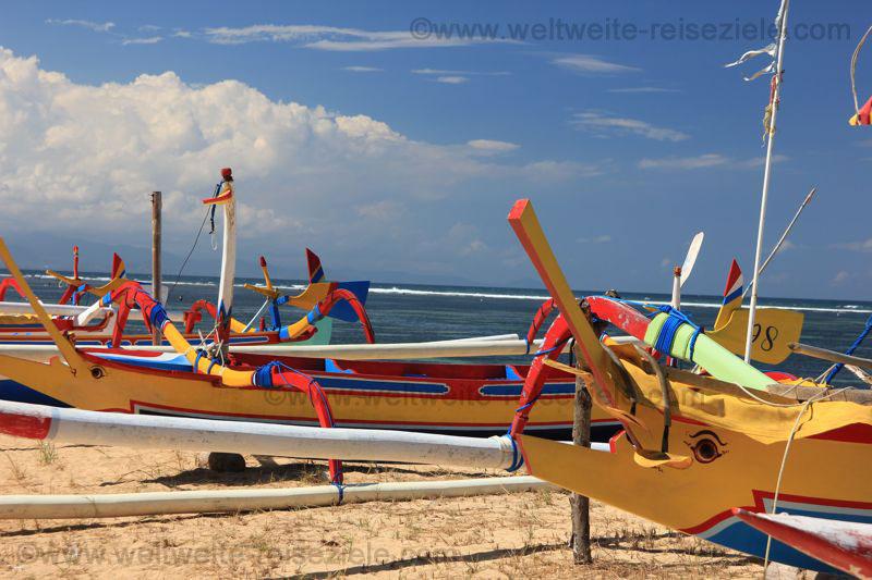 Bunte Fischerboote am Strand von Sanur, Bali