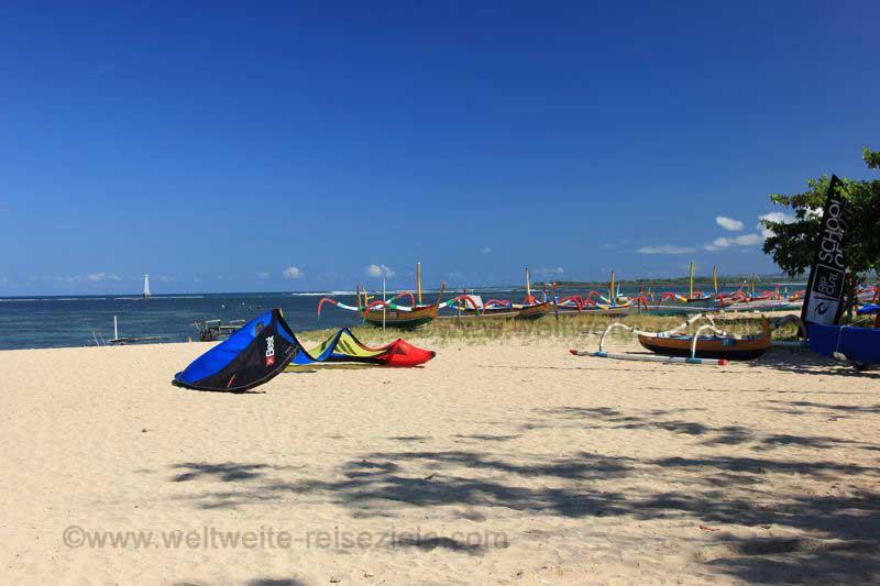 Kitesurfer am Strand im südlichen Bereich von Sanur