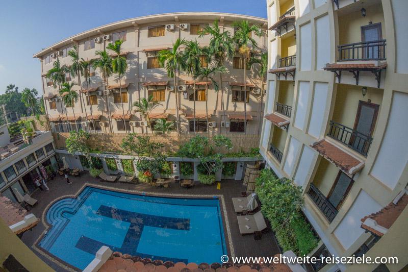 Pool und Innenhof vom Treasure Oasis Hotel in Siem Reap, vom oben gesehen