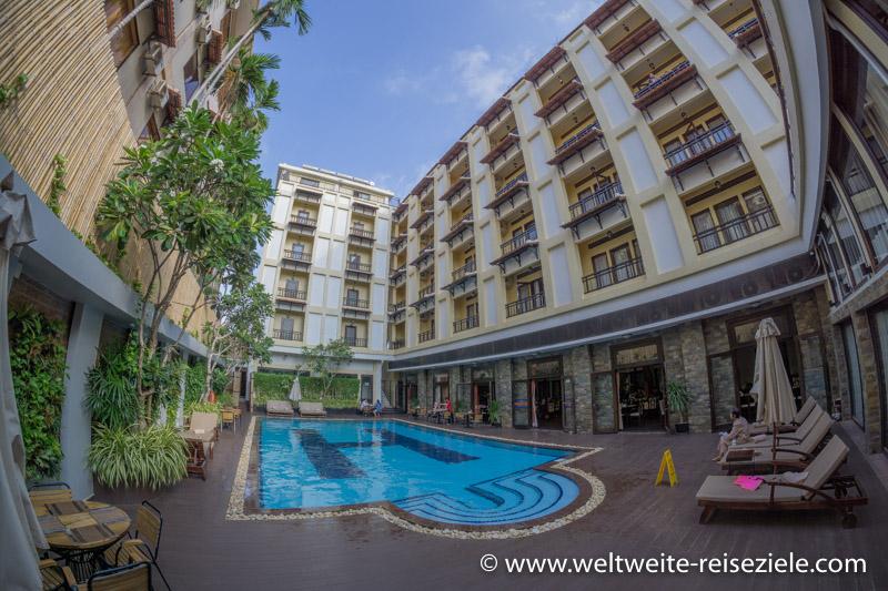 Pool und Innenhof vom Treasure Oasis Hotel in Siem Reap, vom Pool aus gesehen