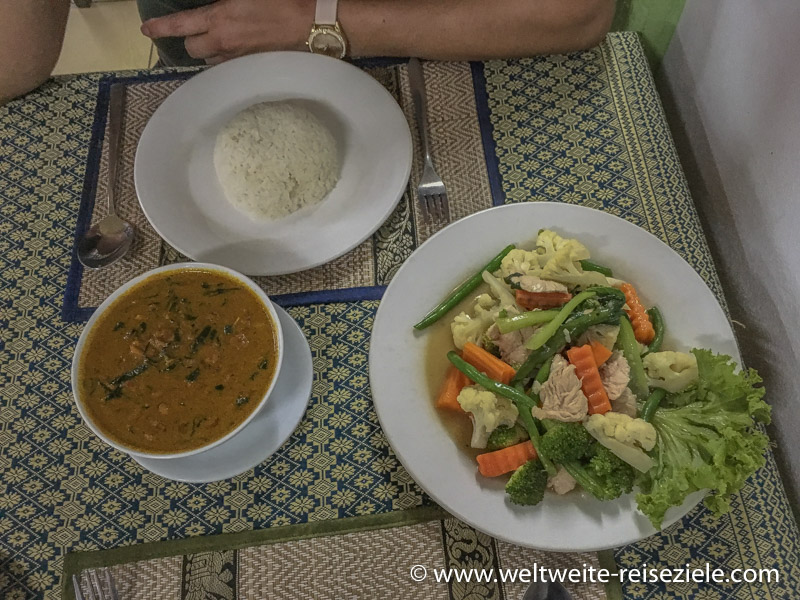 Vietnamesisches Essen, mit Reis und Gemüse