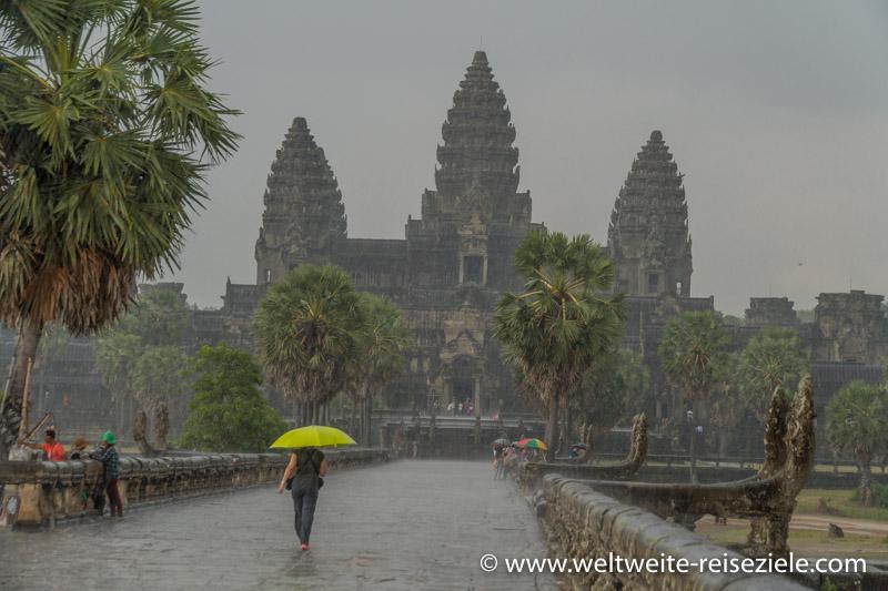 Starker Regenschauer auf dem Zugang zum Angkor Wat Tempel