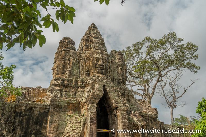 Turm mit den Bayon Gesichtern des Südtores von Angkor Thom