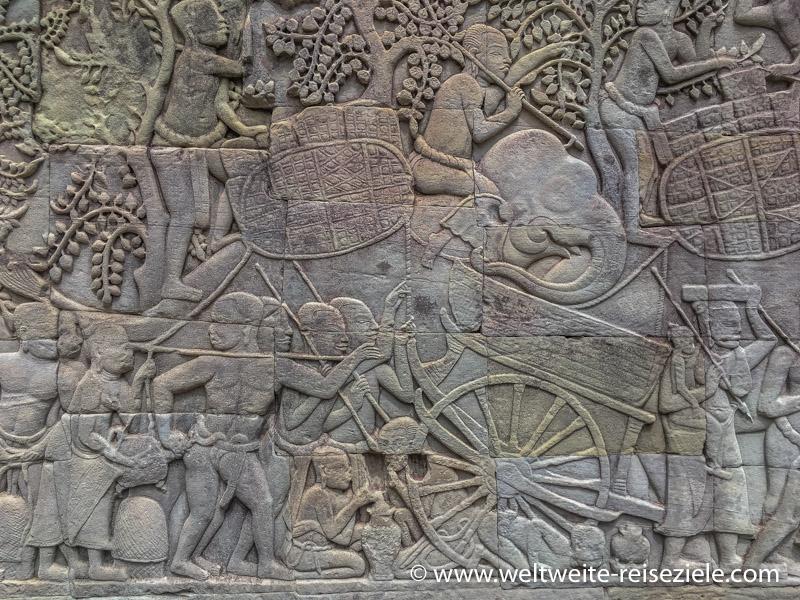 Elefanten und Versorgungswagen in einer Mauer im Angkor Thom Tempel