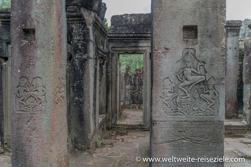 Reliefs aus der hinduistischen Mythologie auf Steinsäulen in Angkor Thom