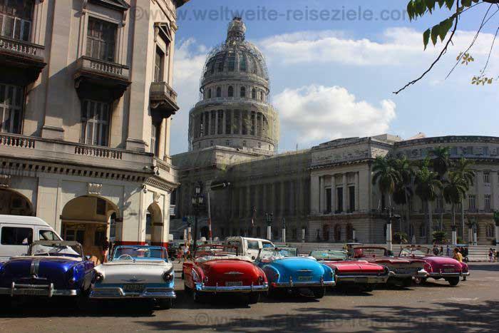 Oldtimer, im Hintergrund das Capitol von Havanna