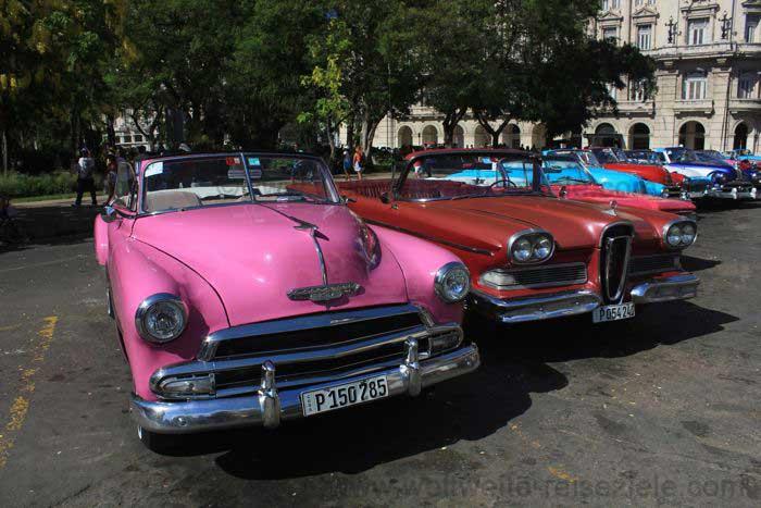 Bunte alte amerikanischen Autos in Havanna