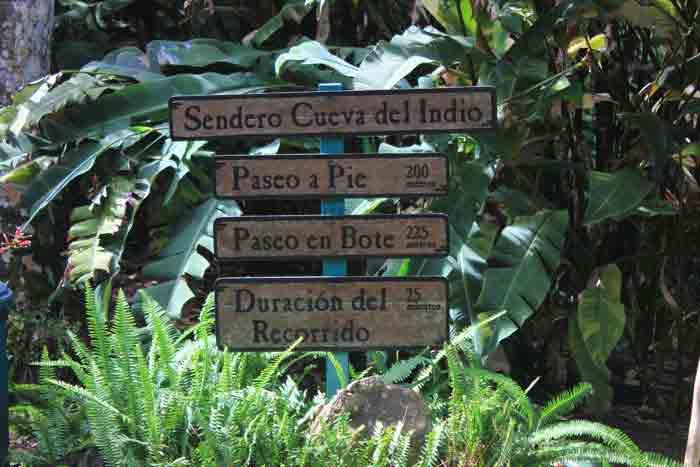 Schilder der Wege in der Höhle Cueva del Indio