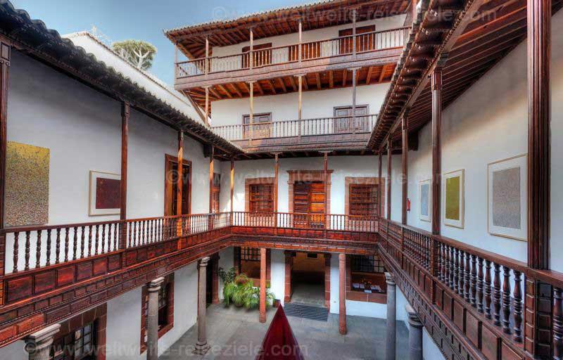 Casa Salazar , Santa Cruz de la Palma, Patio mit Holzbalkonen im Inneren