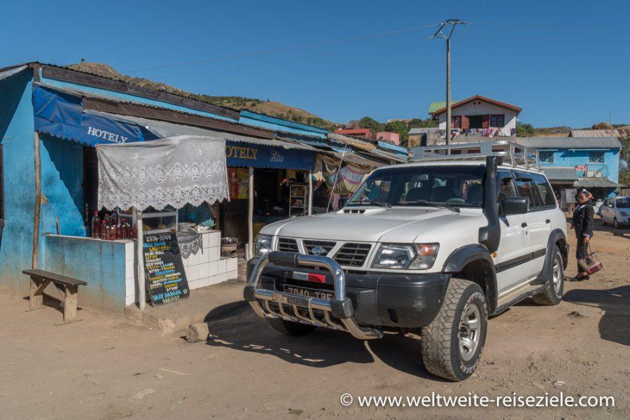 Geländewagen unserer Rundreise durch Madagaskar vor blauem Stand