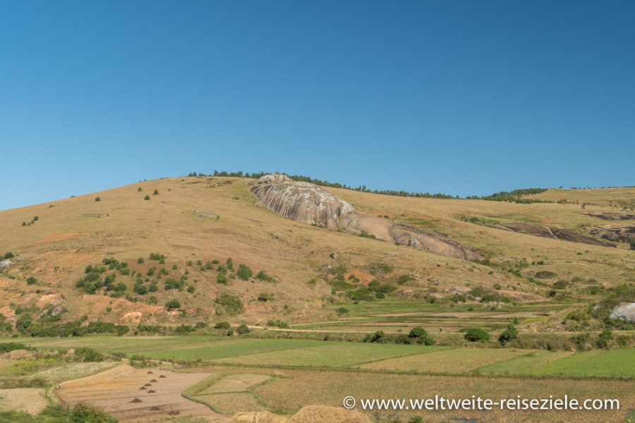 Hügellandschaft mit runden Felsen mit Reisfeldern im östlichen Zentrum von Madagaskar