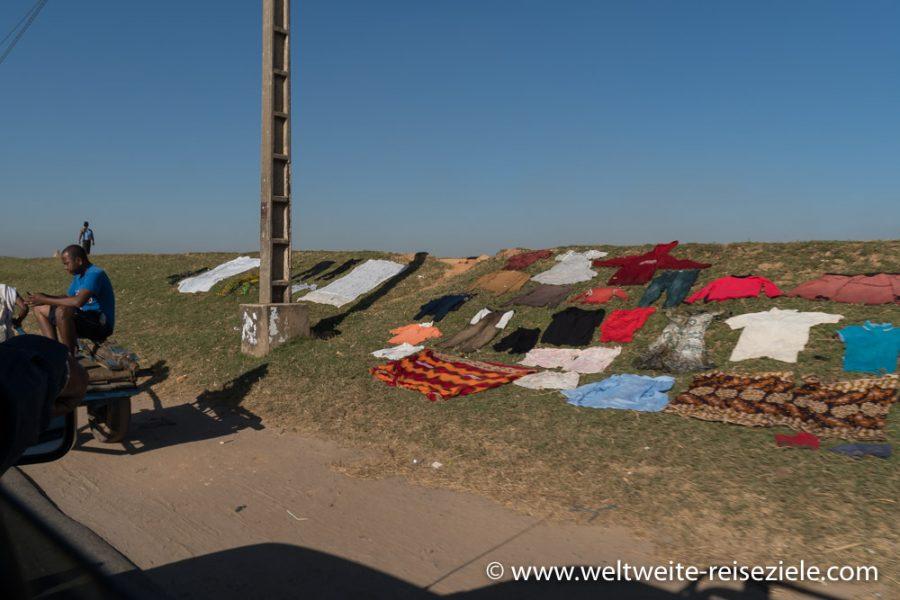 Madagaskar, bunte Wäsche beim Trocken am Strassenrand