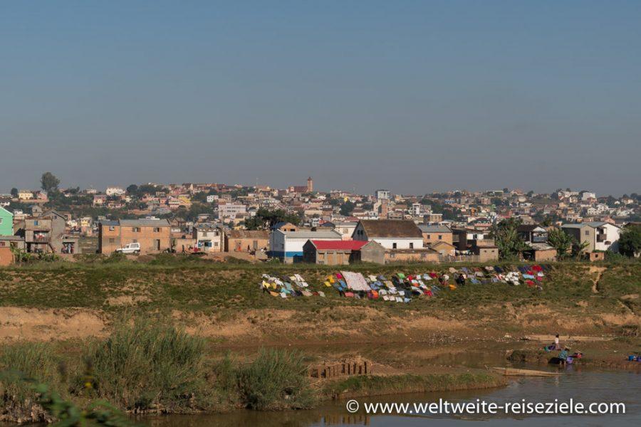 Vorort Antananarivo, bunte Wäsche beim Trocknen