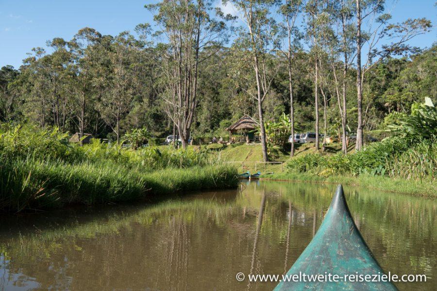 Kanufahrt am Fluss zum Parkplatz vom Vakona Reservat