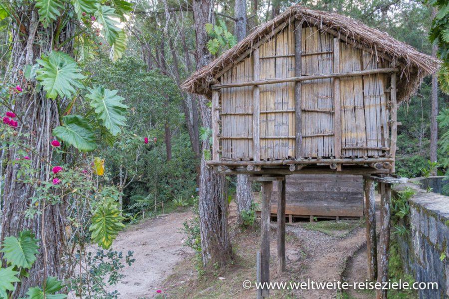 Hütte der Einheimischen auf Stelzen aus Bambus und Holz, Madagascar