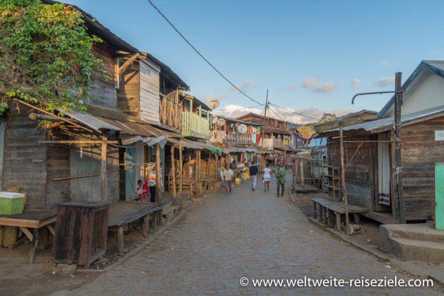 Andasibe, Madagascar, Holzhäuser an der Hauptstrasse