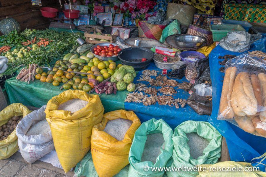 Stand mit Obst, Gemüse und Lebensmitteln, Madagaskar, Andasibe