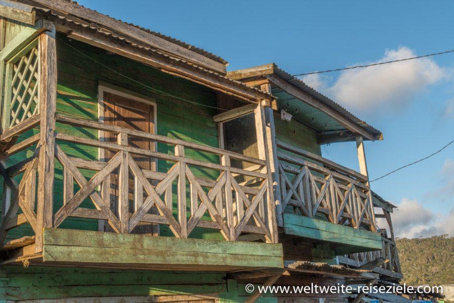 Holzbalkone am grünen Holzhaus, Madagaskar