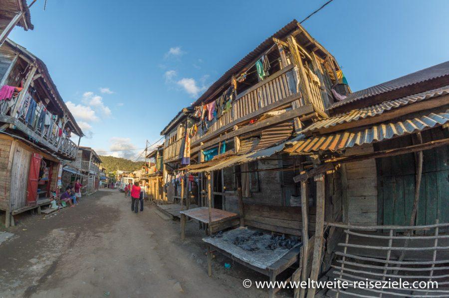 Häuser an der Hauptstrasse von Andasibe
