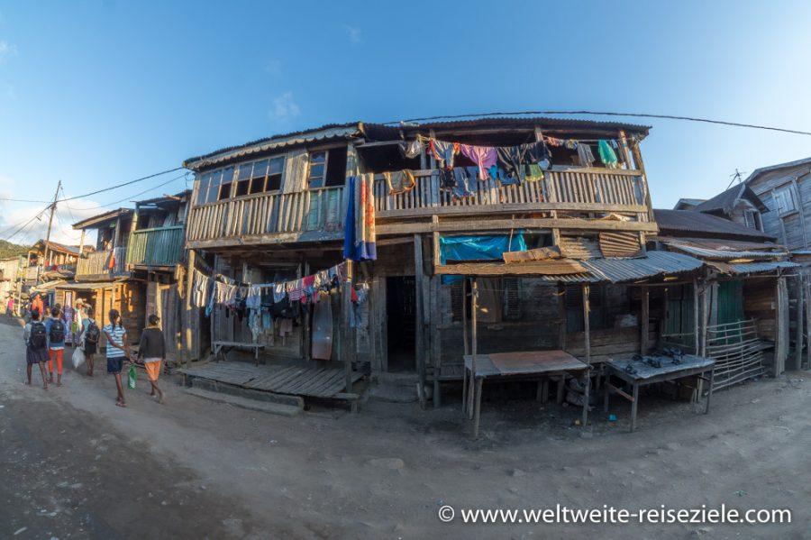 Holzhäuser mit bunter Wäsche zum trocknen in Andasibe