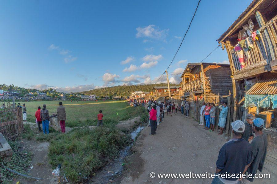 Fußballplatz in Andasibe beim sonntäglichen Fussballspiel