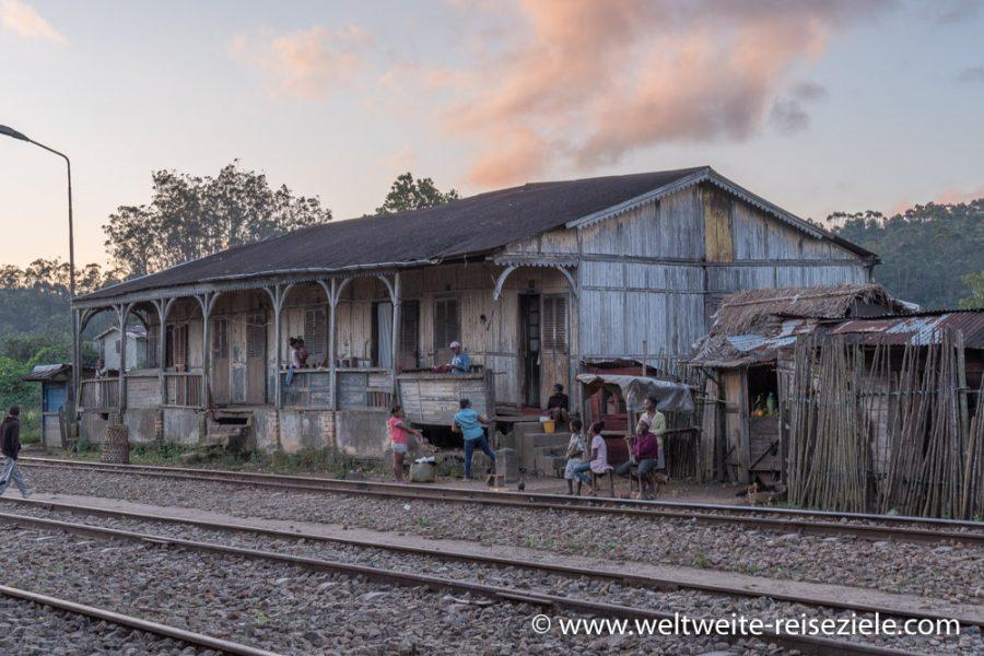 Altes Holzhaus gegenüber dem Bahnhof von Andasibe