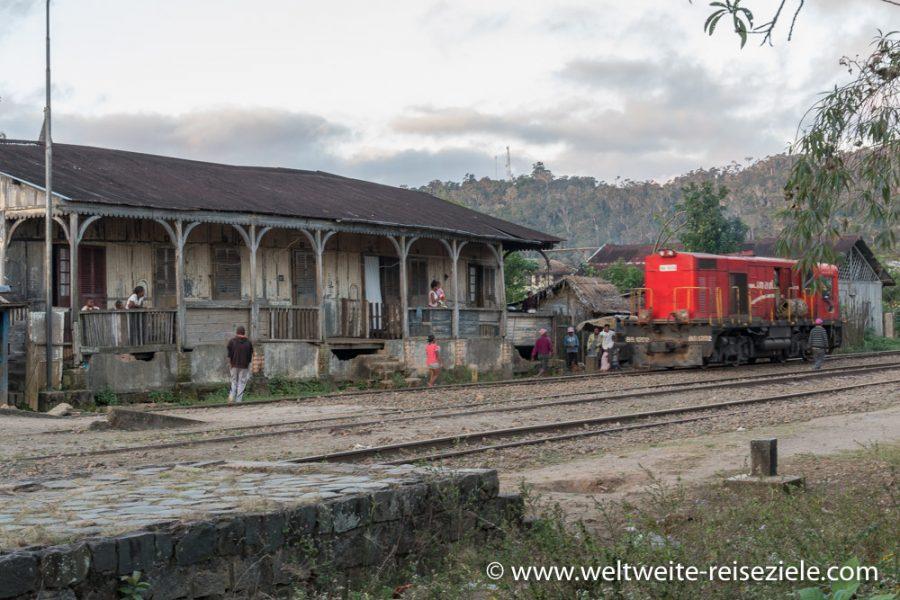 Rote Lok am Bahnhof von Andasibe