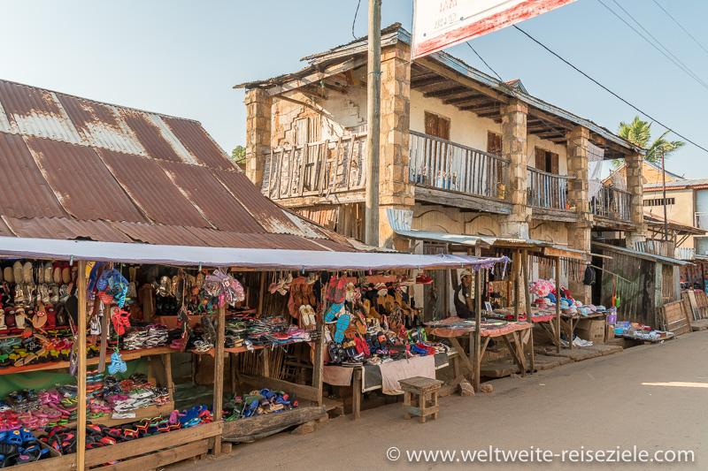 Strassenmarkt und typisches Gebäude in Miandrivazo Madagaskar