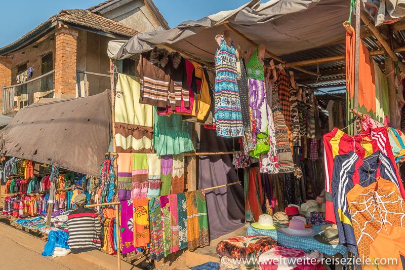 Stand mit bunter Kleidung zum Verkauf, Miandrivazo Madagaskar