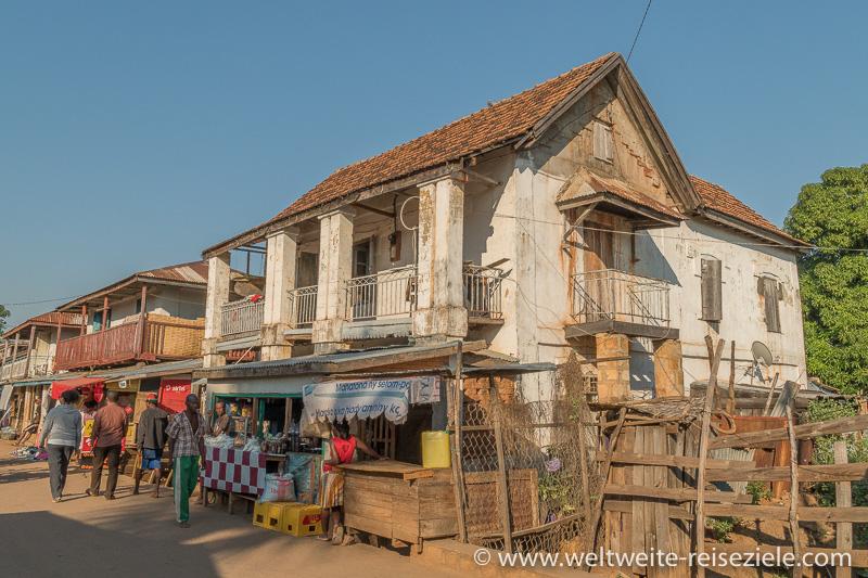 Haus mit Geschäft an der Hauptstrasse von Miandrivazo