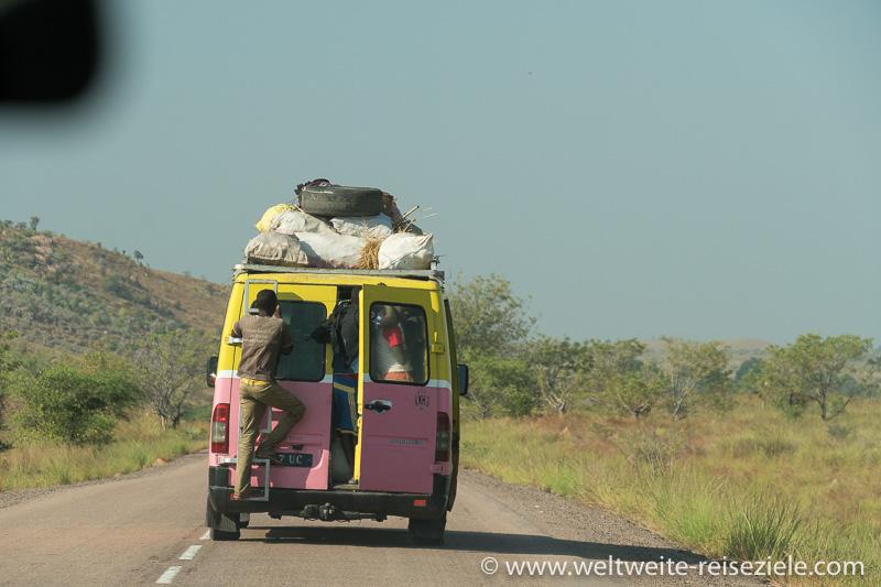 Überfüllter Taxi Bus, Strasse von Miandrivazo nach Morondava