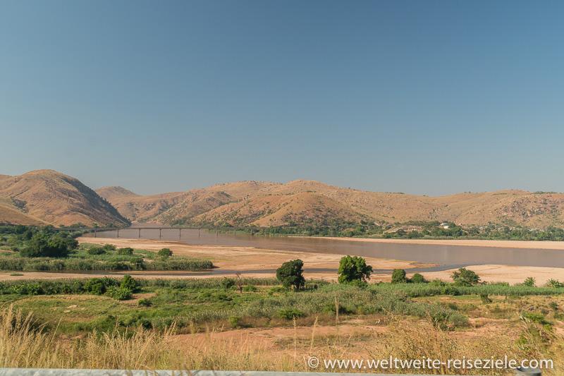 Fluss Mania (Tsiribihina) und Brücke für die Strasse nach Morondava