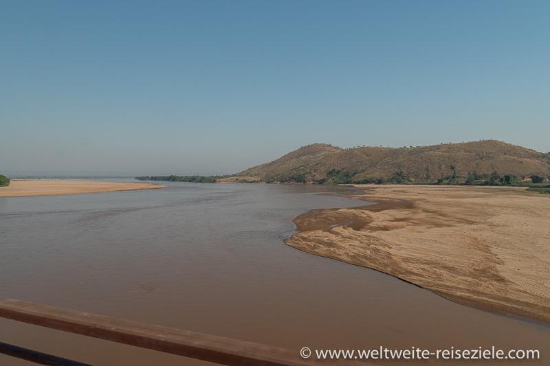 Wir überqueren die Brücke über den Fluss Mania (Tsiribihina)
