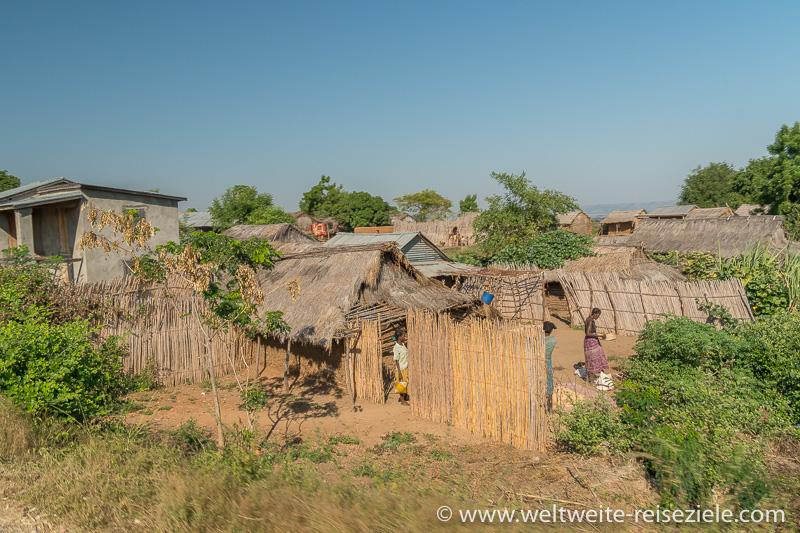 Dorf, einfache Hütten aus Stroh und Holz, Madagaskar