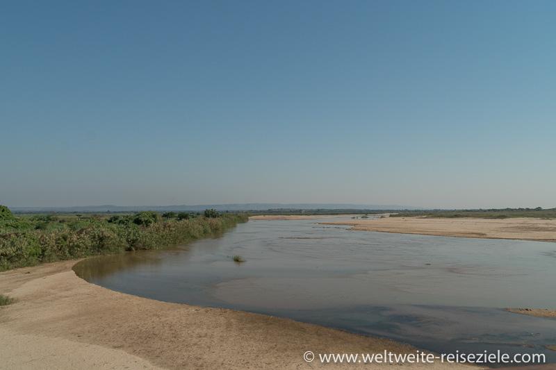 Wir überqueren den Fluss Sakena, Strasse Miandrivazo nach Morondava